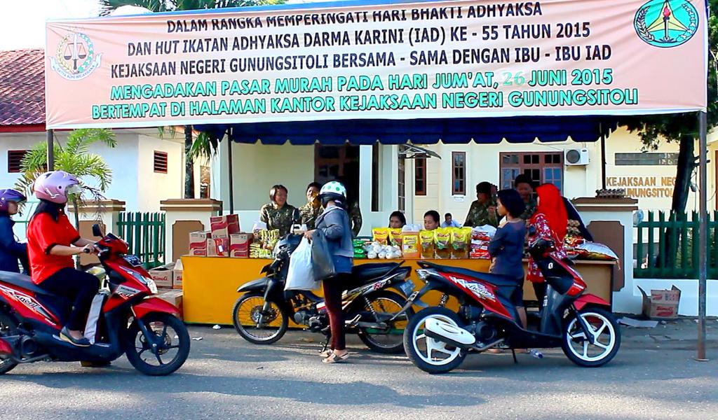 Suasana pasar murah yang diselenggarakan Kejaksaan Negeri Gunungsitoli. | Foto: Iman Jaya Lase