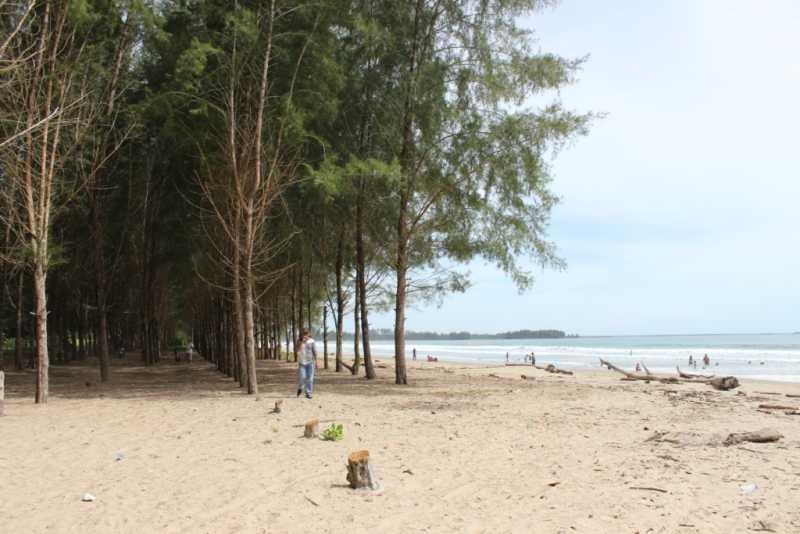 Hari Biasa, Tak Ada Pedagang di Pantai Berbisik