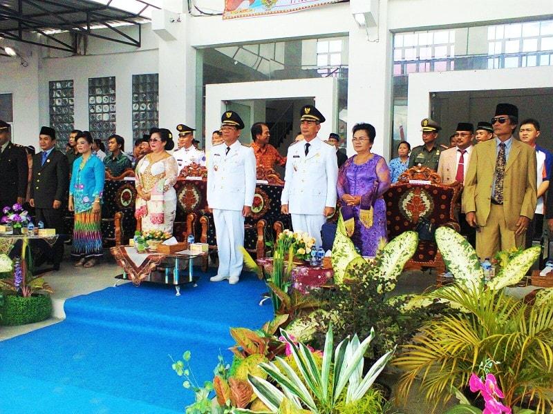 Bupati dan Wakil Bupati Nias Barat, didampingi istri masing-masing, bersama sejumlah tamu VIP, mengikuti upacara bendera peringatan HUT Kemerdekaan RI, Senin (17/8/2015). —Foto: Aminudin Hia