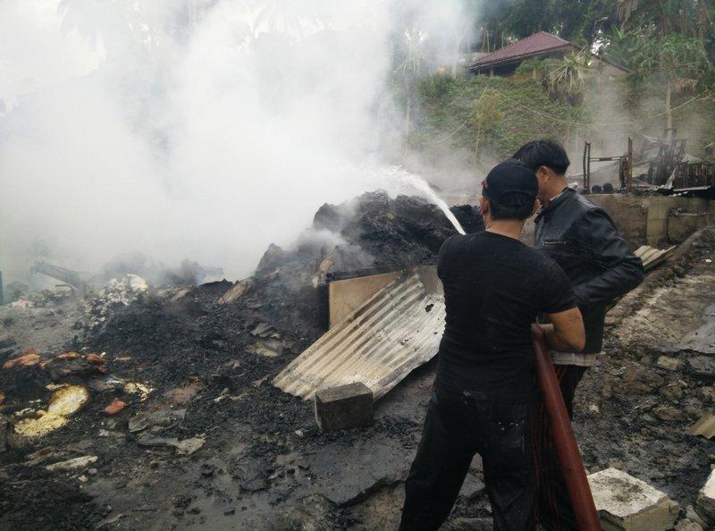 Petugas pemadam kebakaran Kota Gunungsitoli berusaha menjinakkan api, Jumat (7/8/2015). —Foto: Tian Zega