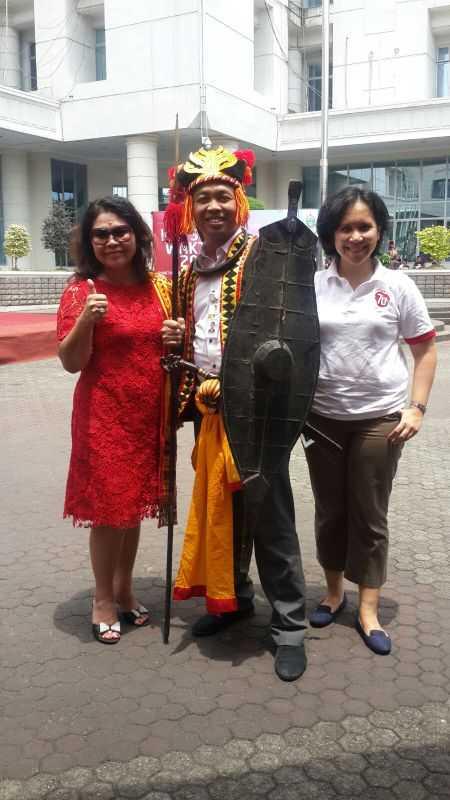 Koordinator Nasional Jay Wijayanto mengenakan pakaian kebesaran Nias bersama dr Ria Novida Telaumbanua dan Linda Samosir.