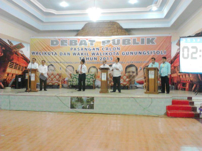 Ketiga pasangan calon sedang berdebat di auditorium STT Sundermann, Kota Gunungsitoli.