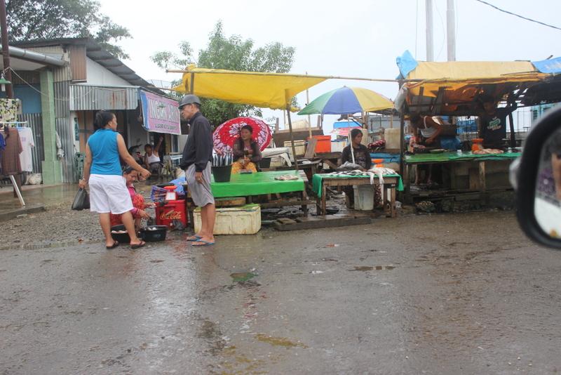 Pasar penjualan ikan dan daging di kompleks Lagundri, dekat Pasar Ya'ahowu. Keberadaan pasar ini perlu ditinjau kembali. —Foto: Apolonius Lase