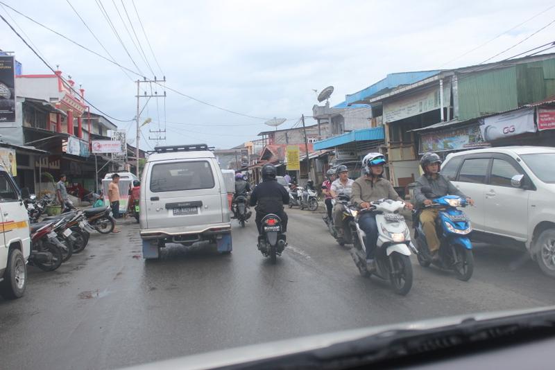 Suasana lalu lintas di Kota Gunungsitoli di Jalan Sirao, —Foto: Apolonius Lase