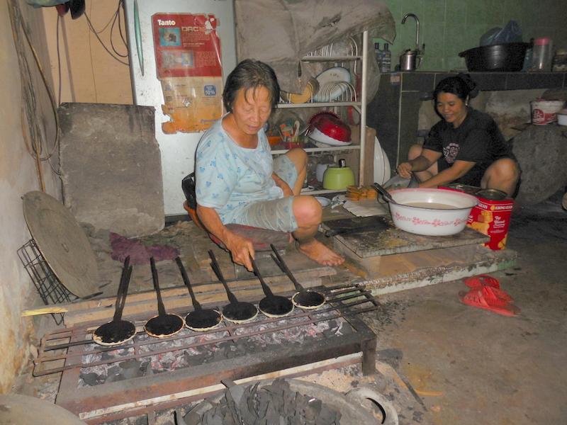 Erni Gho sedang membuat kue persiapan Imlek