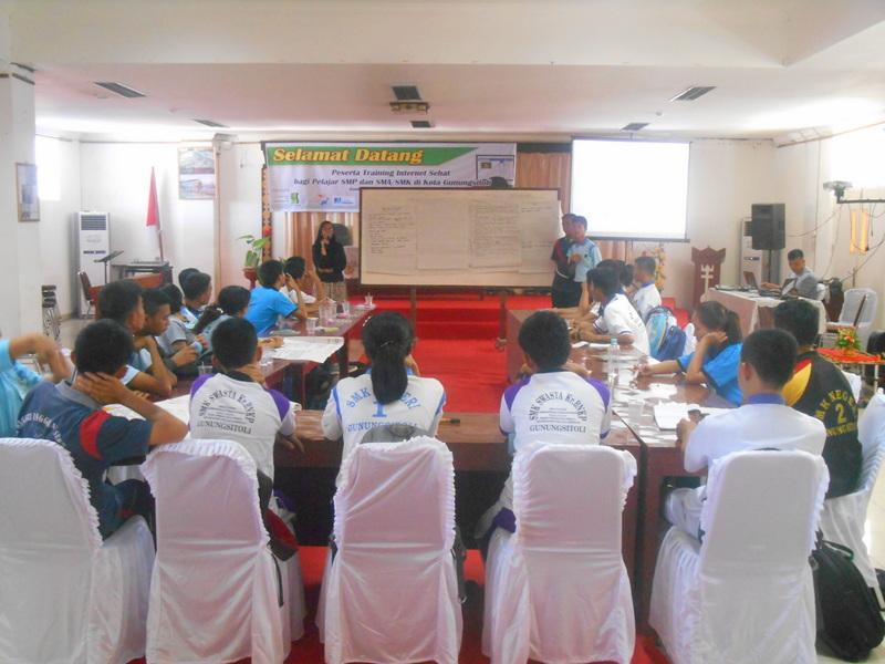 Pelajar dari berbagai sekolah di Kota Gunungsitoli mengikuti pelatihan berinternet sehat. —Foto: Dokumentasi PKPA