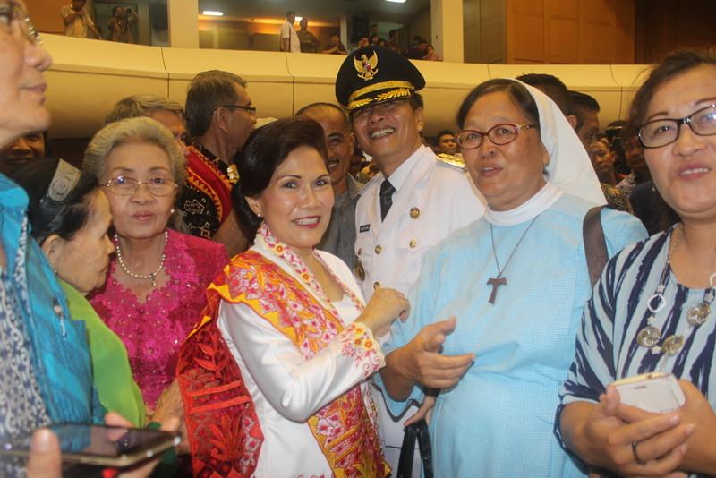 Hilarius Duha bersama istri dan kerabatnya, suster Klara Duha. —Foto: Kabarnias.com/Apolonius Lase
