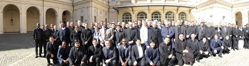 Kami mahasiswa/i dan dosen Fakultas Hukum Gereja Universitas Gregoriana foto berasama di depan Istana Quirinale Roma, Kamis (2/3/2016). Foto: Pastor Damian