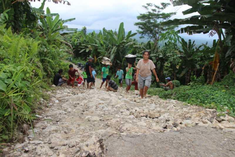 Jalan Rusak, Masyarakat Alo'oa Gotong Royong