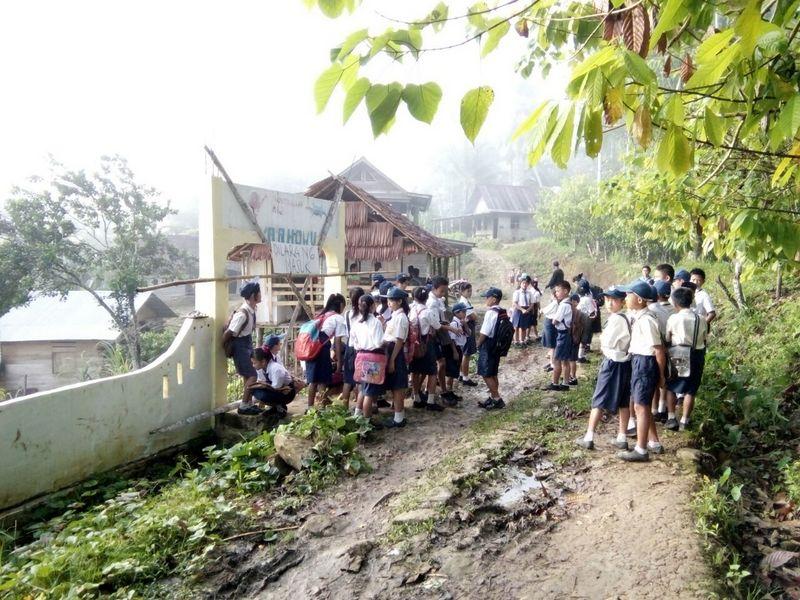 Sekolah Dipalang Warga, Siswa SMP Negeri 2 Ulu Idanötae Telantar