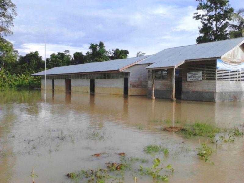 Gedung SD Negeri No 078472 Sohoya tergenang air luapan Sungai Sohoya, Senin (17/10/2016) pagi. —Foto: Kabarnias.com/Onlyhu Ndraha
