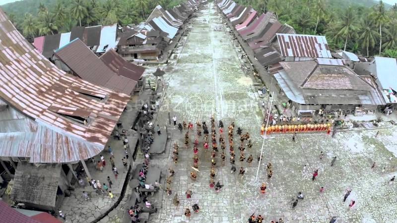 Desa Bawömataluo dilihat dari atas. Atap rumah adat di desa ini hampir semua terbuat dari seng. | Foto: http://cyberspaceandtime.com/