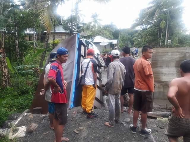 Truk Pengangkut Batako Jatuh di Jembatan Darurat Saonö