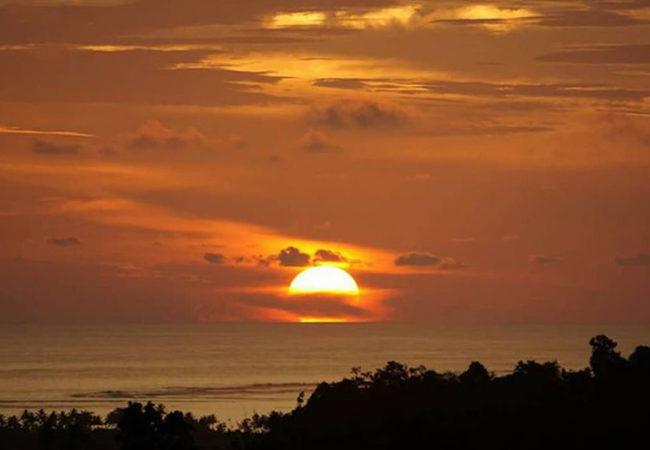 Salah satu tempat menikmati keindahan matahari tenggelam di Telukdalam, Nias Selatan. Tempat ini ada di Hili Onaha, Kota Telukdalam. —Foto: Victor Dachi