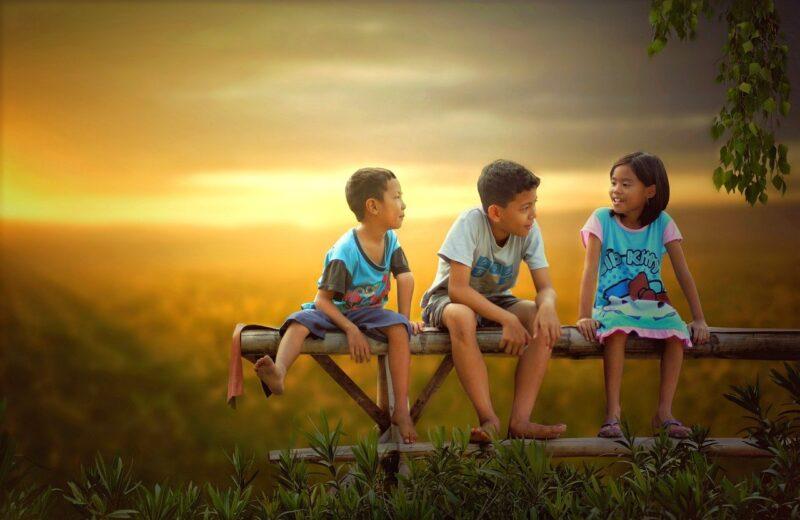 Anak-anak dengan latar belakang matahari terbenam